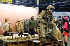 现代作战军用设备和武器展示了在陈列 库存照片