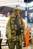 现代作战军用设备和武器展示了在陈列 免版税图库摄影