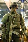 现代作战军用设备和武器展示了在陈列 免版税库存照片
