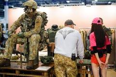 现代作战军用设备和武器展示了在陈列 免版税库存图片