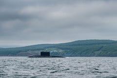 现代俄国军用水下巡洋舰线在行、北舰队和波罗的海舰队的在公海 库存照片