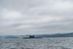 现代俄国军用水下巡洋舰线在行、北舰队和波罗的海舰队的在公海 免版税图库摄影