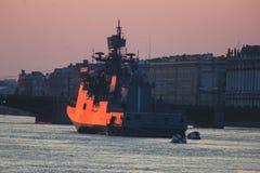 现代俄国军用海军战舰军舰线在行、北舰队和波罗的海舰队的在公海 免版税图库摄影