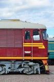 现代俄国电车客舱  铁路火车头的侧视图有很多轮子和窗口的以po的形式 库存照片