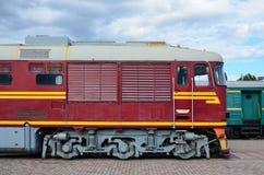 现代俄国电车客舱  铁路火车头的侧视图有很多轮子和窗口的以po的形式 免版税库存照片