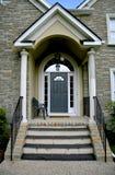 现代入口的房子 免版税库存照片