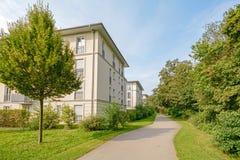 现代公寓在一个绿色住宅区在城市 库存照片