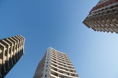 现代公寓在与蓝天的一个晴天 一个现代公寓的门面 库存图片