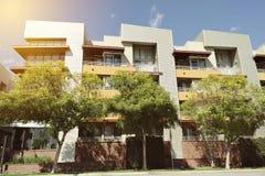 现代公寓外部的看法与温暖的照明设备的 免版税库存照片