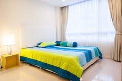 现代公寓客厅和卧室 免版税库存图片