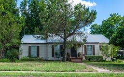 现代农村生活在得克萨斯 古板的木房子和庭院 图库摄影