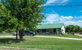 现代农村生活在得克萨斯 古老木房子和草坪前面的庭院 库存图片
