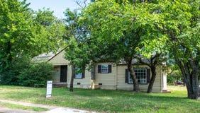 现代农村生活在得克萨斯 老木房子和庭院 库存图片
