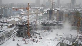 现代冬天都市风景的未完成的居民住房工地工作 影视素材