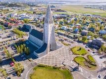 现代冰岛雷克雅未克建筑学 空中阿尔卑斯沿岸航行海岛新的照片南南西方西兰 从上面的宗教大厦 空中dron照片 库存照片