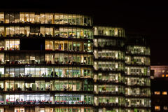 现代办公大楼在晚上 库存图片