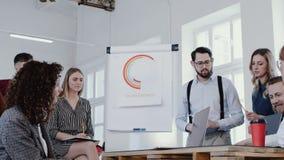 现代办公室会议慢动作红色史诗的低角度专业年轻男性企业教练刺激的同事 股票视频