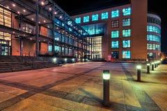 现代办公室结构在苏黎世在晚上 免版税库存图片