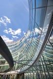 现代办公室财务大厦弯曲的结构 免版税库存照片