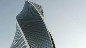 现代办公楼与蓝天的墙壁由钢制成和玻璃复制空间 免版税图库摄影