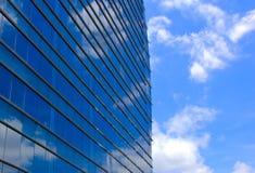 现代办公楼和天空反映 免版税图库摄影