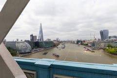 现代办公楼在伦敦,从塔桥梁,伦敦,英国的看法 库存照片