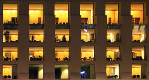 现代办公楼的片段在晚上 免版税库存图片