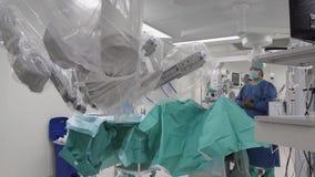 现代医疗外科机器人,癌肿瘤撤除手术机器人操作 股票视频