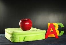现代午餐盒用开胃红色苹果和五颜六色 免版税库存照片
