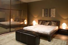 现代卧室内部的镜子 免版税库存照片