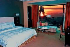现代卧室日落在巴黎 库存照片