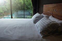 现代卧室有自然视图 图库摄影