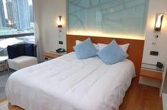 现代卧室的旅馆 免版税库存图片