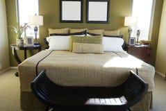 现代卧室的豪华 免版税库存图片