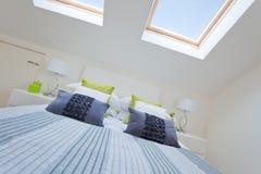 现代卧室的顶楼 库存图片