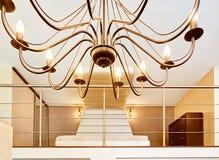 现代卧室通过枝形吊灯视图 免版税图库摄影