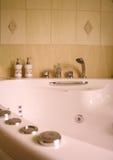 现代卫生间内部的极可意浴缸 库存照片