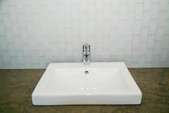 现代卫生间水槽 免版税库存照片