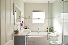 现代卫生间的内部在一个当代郊区家 免版税库存图片
