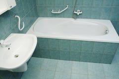 现代卫生间的浴缸 免版税库存照片