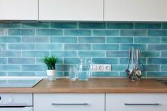 现代厨房在家有厨具的 免版税库存图片