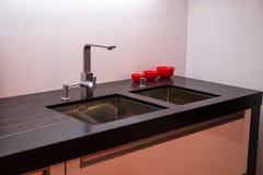 现代厨房水槽详细资料与轻拍龙头的 图库摄影