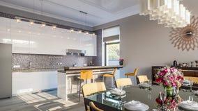 现代厨房的餐厅 3d例证 图库摄影
