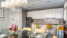 现代厨房的餐厅 3d例证 免版税库存图片
