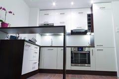 现代发光的厨房内部 库存图片