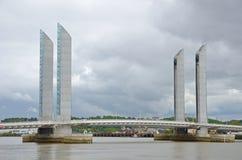 现代可移动的桥梁在法国城市红葡萄酒 库存图片