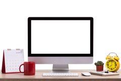 现代台式计算机、咖啡杯、闹钟、笔记本和c 免版税库存照片