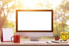 现代台式计算机、咖啡杯、闹钟、笔记本和c 库存图片