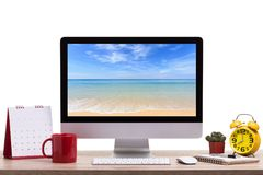 现代台式计算机、咖啡杯、闹钟、笔记本和c 免版税库存图片
