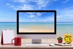 现代台式计算机、咖啡杯、闹钟、笔记本和c 免版税图库摄影